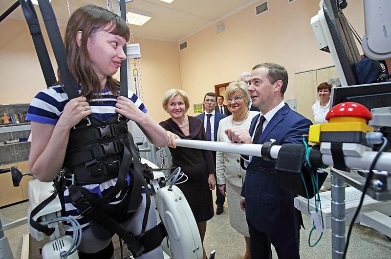 Дмитрий Медведев и Светлана Воловец во время посещения Научно-практического центра медико-социальной реабилитации инвалидов имени Л.И.Швецово