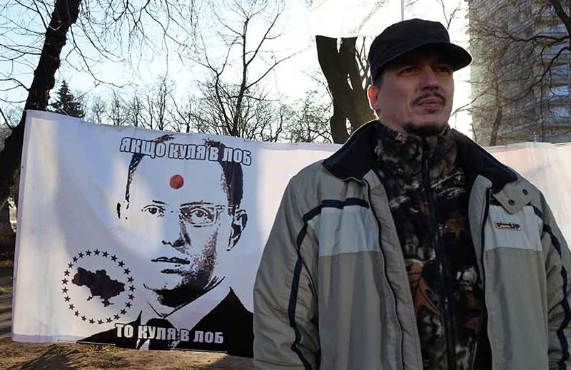 Участник митинга с требованием отставки премьер-министра Украины Арсения Яценюка в Киеве