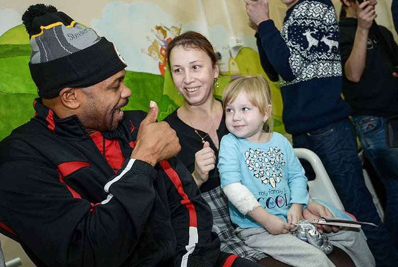 Боксер Рой Джонс посещает пациентов гастроэнтерологического отделения Морозовской детской городской клинической больницы в Москве