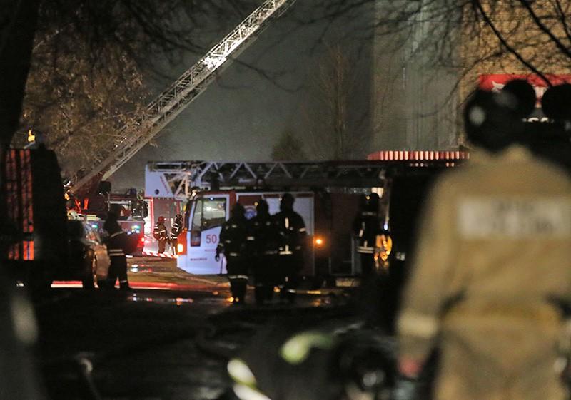 Сотрудники пожарной службы МЧС России во время тушения пожара пятиэтажного здания на территории Тушинского машиностроительного завода в Москве