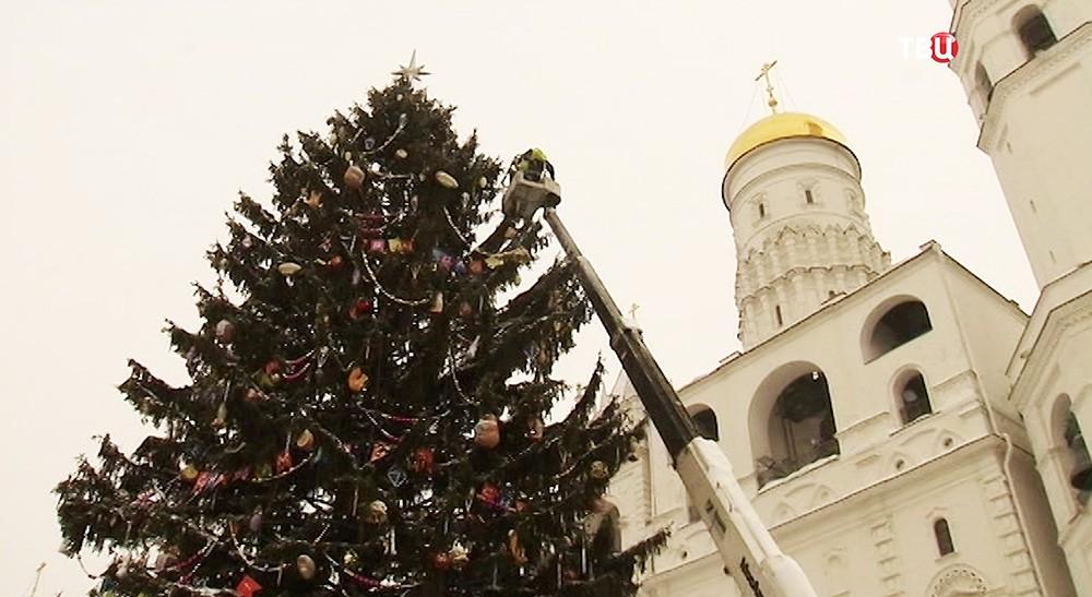 Демонтаж кремлевской елки