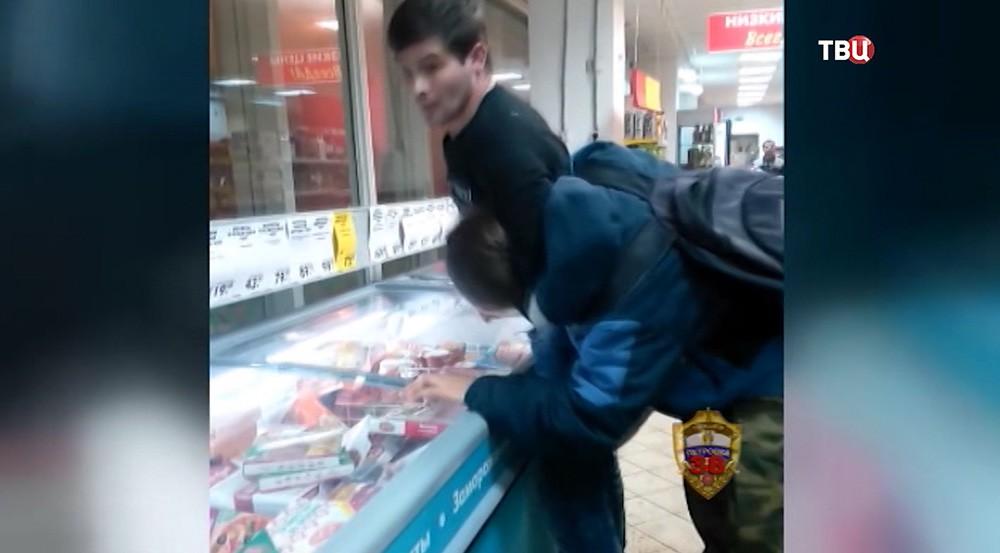 """Момент задержания охранником магазина """"Пятерочка"""" подростка"""