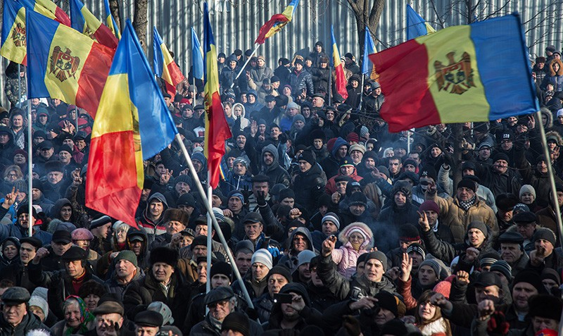 Протестующие у здания парламента в Кишиневе