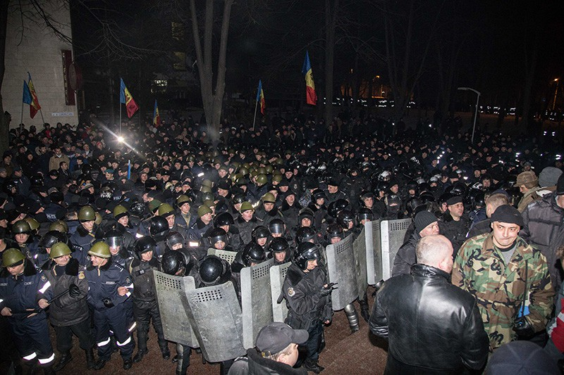 Сотрудники правоохранительных органов у здания парламента в Кишиневе