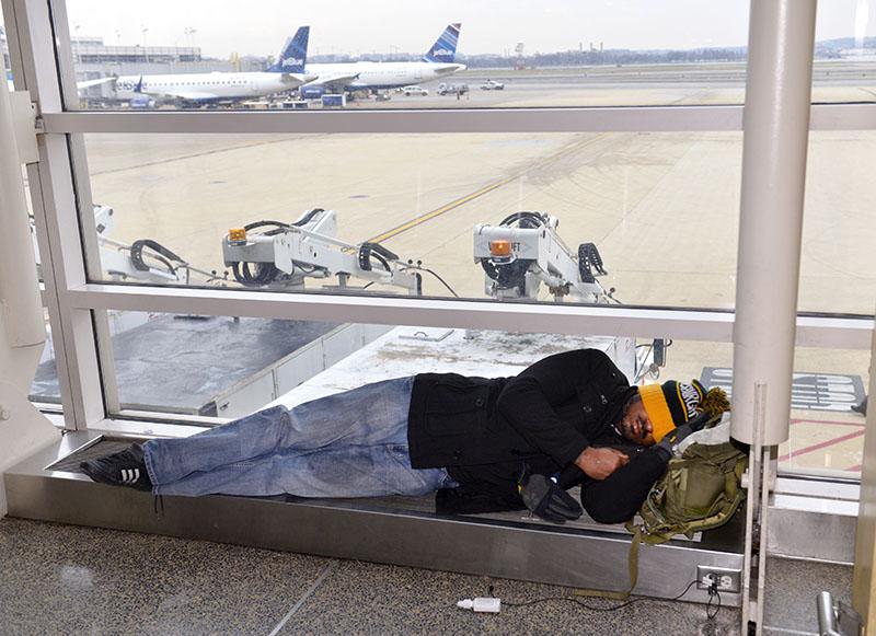 Пассажир в ожидании своего рейса в аэропорту
