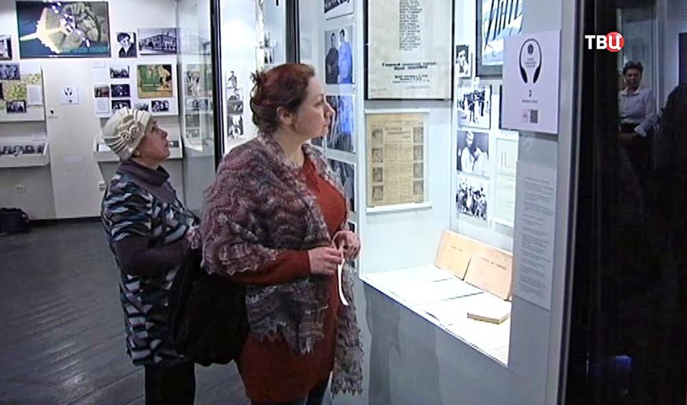 Посетители выставки в Доме Высоцкого на Таганке