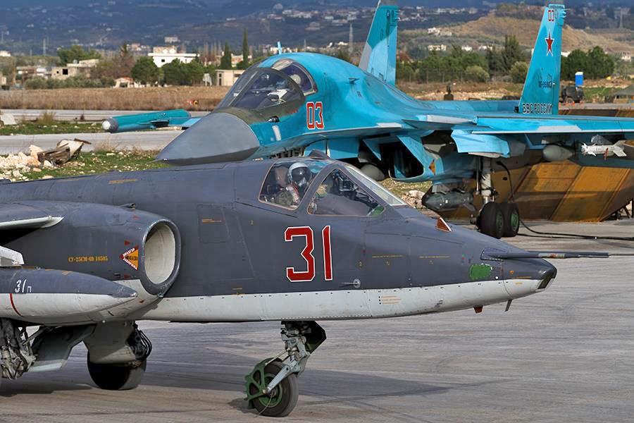 Истребители Су-25 и Су-34 авиационной группировки ВКС России