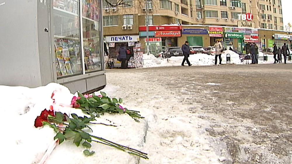 Цветы на месте убийства девушки в Люблино