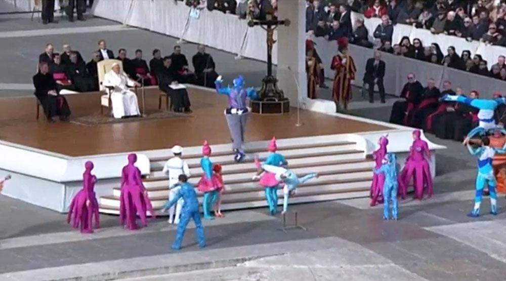 Папа Римский Франциск смотрит цирковое шоу