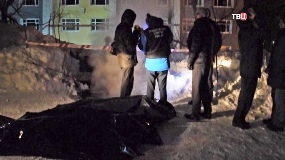 Спасатели МЧС работают на месте трагедии на теплотрассе
