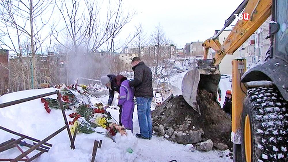 Люди возлагают цветы к месту гибели школьников на теплотрассе
