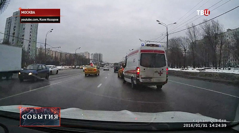 Таксопарк разберется с подрезавшим скорую помощь водителем
