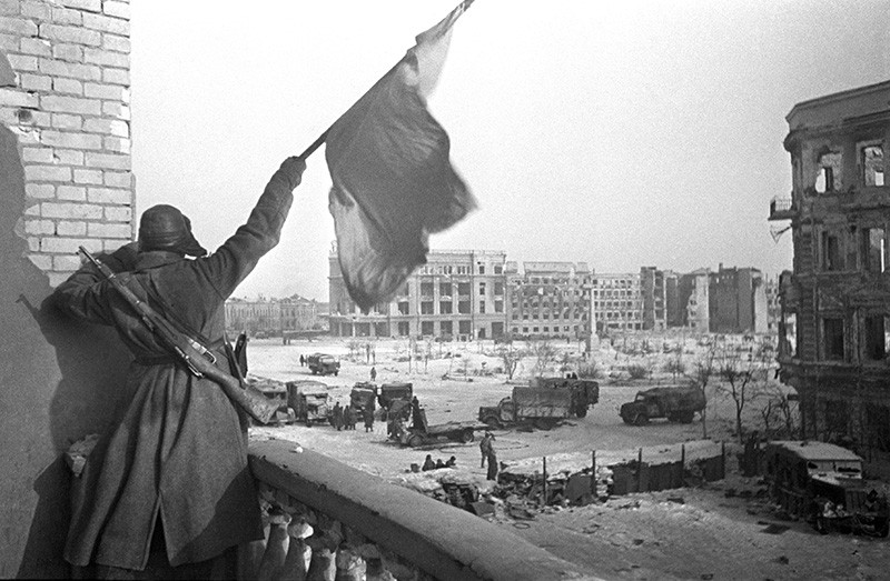 Красный флаг над площадью Павших борцов, освобожденного Сталинграда