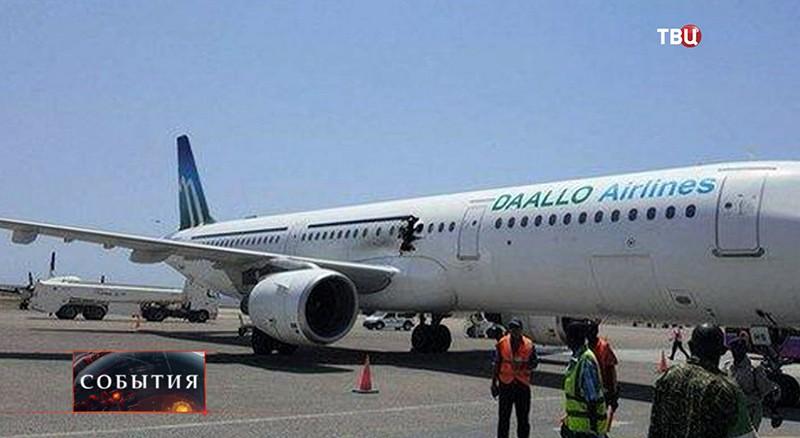 Поврежденный самолет в Сомали