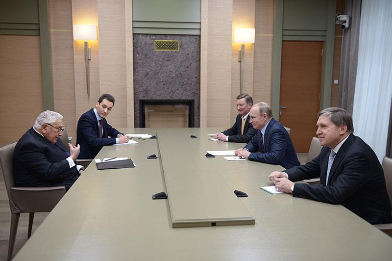 Президент России Владимир Путин и экс-госсекретарь США Генри Киссинджер во время встречи