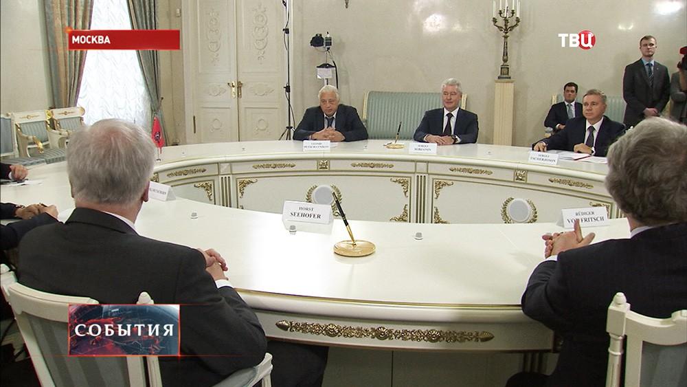 Мэр Москвы Сергей Собянин и премьер-министр Баварии Хорст Зеехофер во время встречи