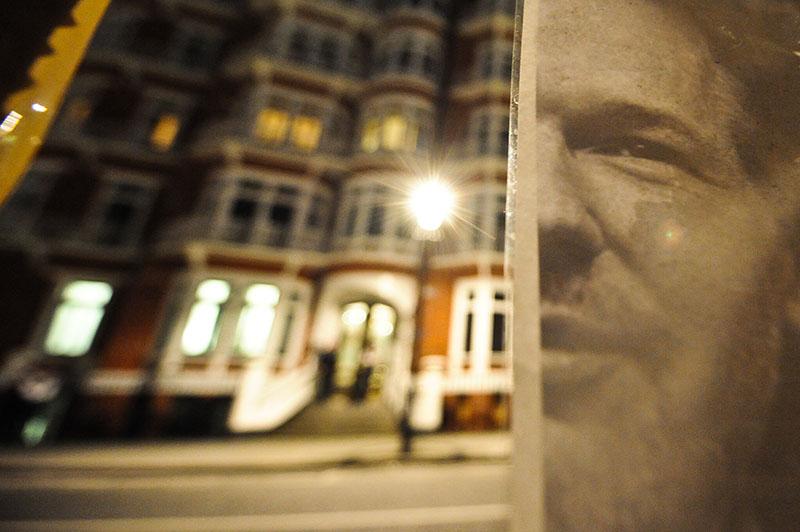 Постер Джулиана Ассанжа около посольства Эквадора в Лондоне