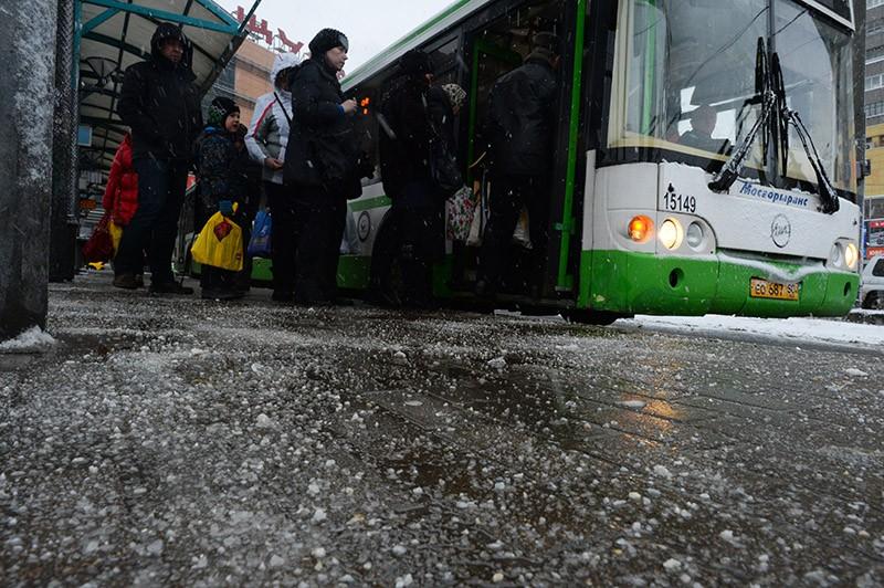 Тротуар, посыпанный противогололедным реагентом в Москве