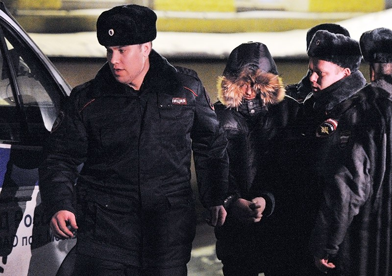 Полицейские ведут старшеклассника Сергея Гордеева, устроившего стрельбу в школе в Отрадном