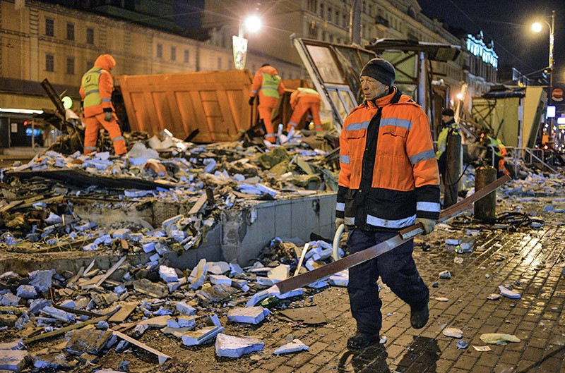 Сотрудники коммунальных служб производят снос незаконно построенных торговых павильонов у метро Маяковская в Москве