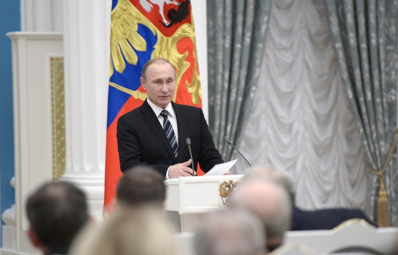 Президент России Владимир Путин выступает на церемонии вручения президентских премий для молодых учёных