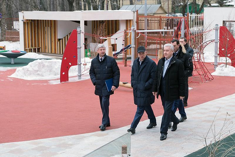 Мэр Москвы Сергей Собянин во время осмотра детского сада