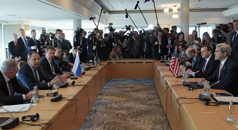 Глава МИД России Сергей Лавров и госсекретарь США Джон Керри во время двусторонней встречи в Мюнхене