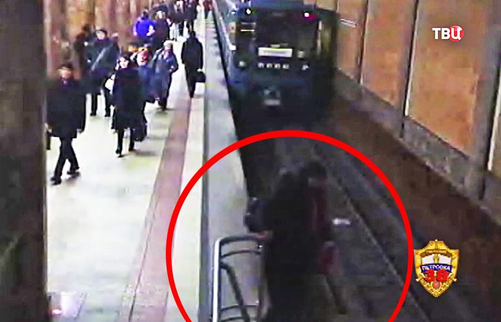 """Женщина упала на рельсы на станции метро """"Красносельская"""""""