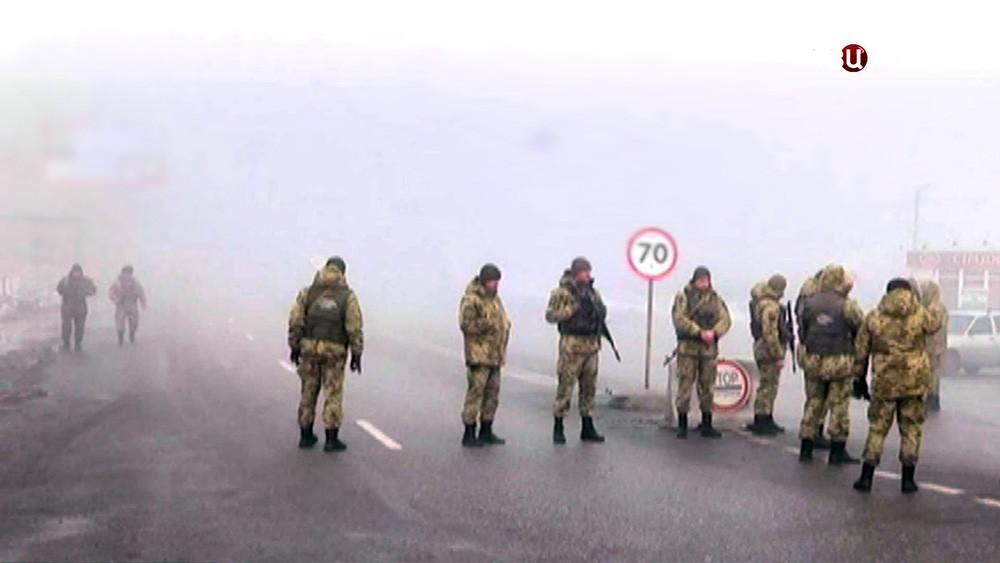 Украинские военные на КПП