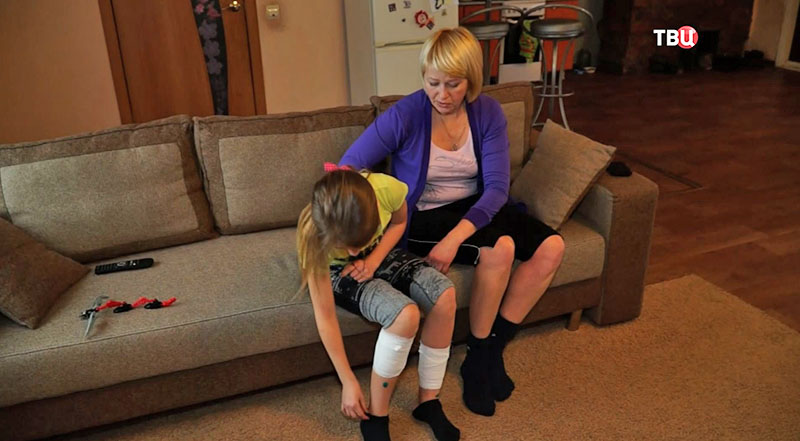 Пострадавшая девочка с мамой