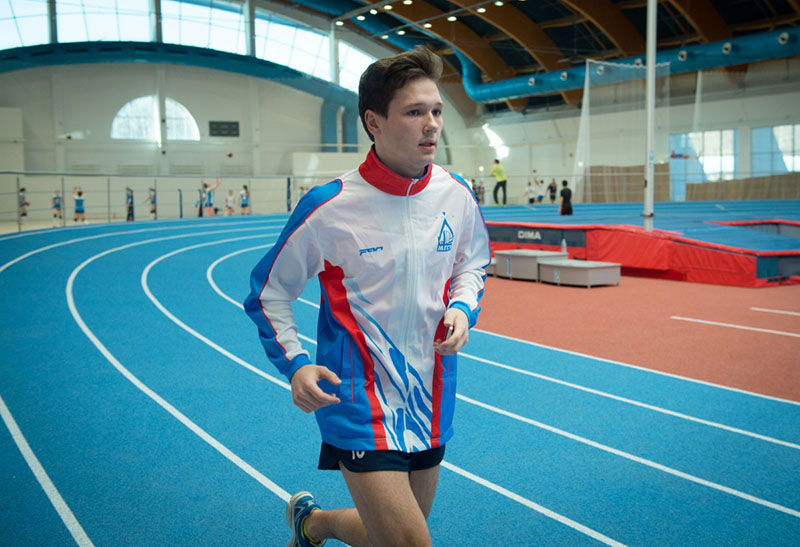 Студент занимается бегом