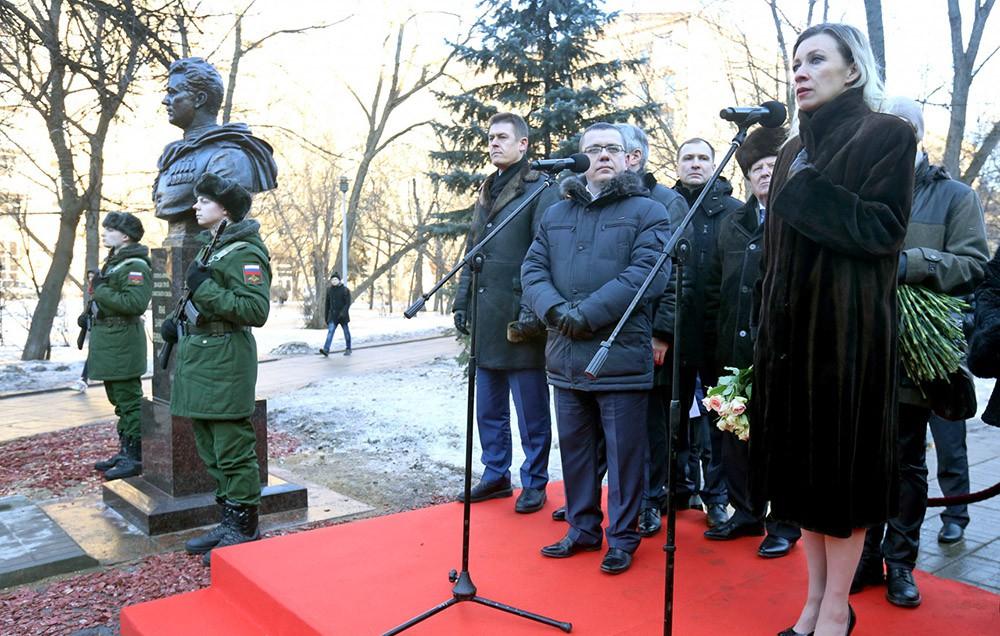 Мария Захарова на церемонии открытия бюста герою Советского Союза Ивану Черняховскому