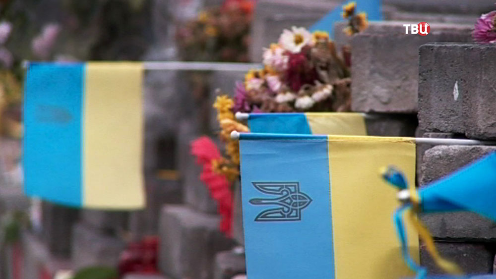 Цветы на месте гибели людей во время беспорядков в Киеве