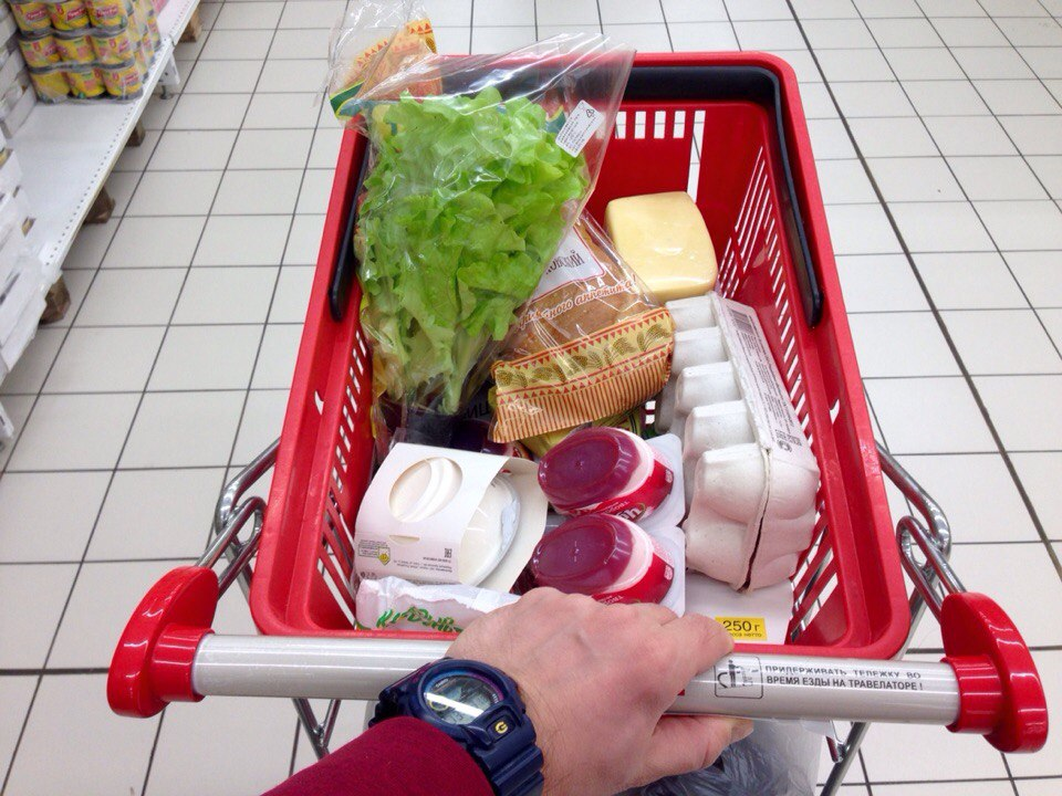 Продуктовая корзина в супермаркете
