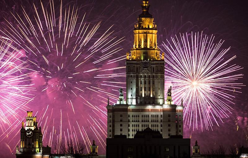 Праздничный салют в честь Дня защитника Отечества в Москве