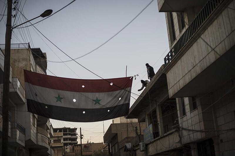 Военнослужащие вывешивают флаг Сирии
