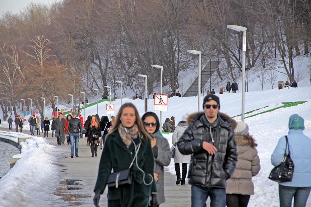 Жители Москвы гуляют в парке