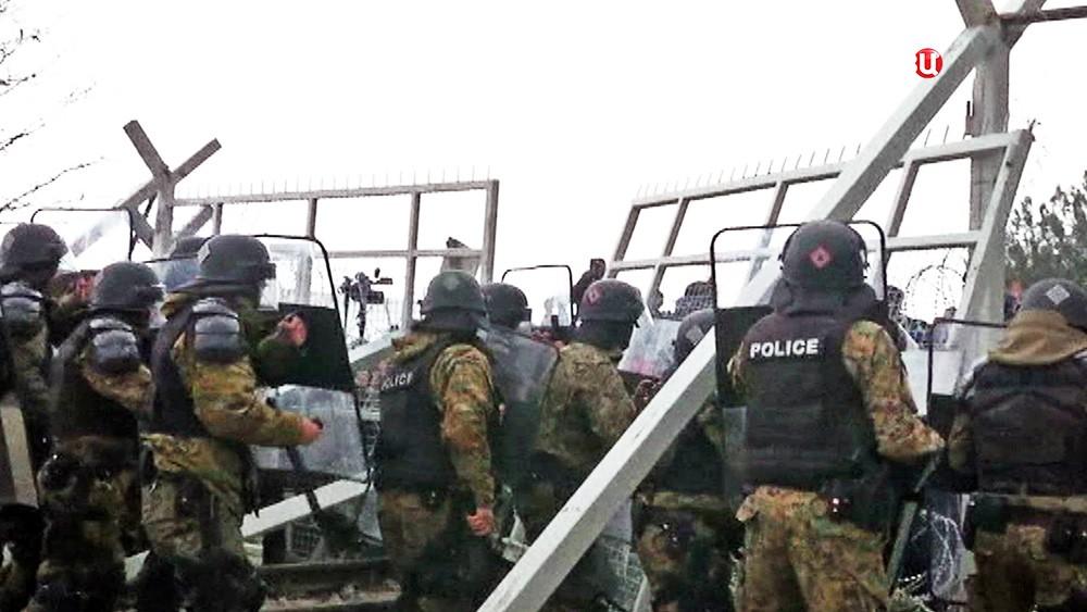 Полиция сдерживает поток мигрантов прибывающих в Европу
