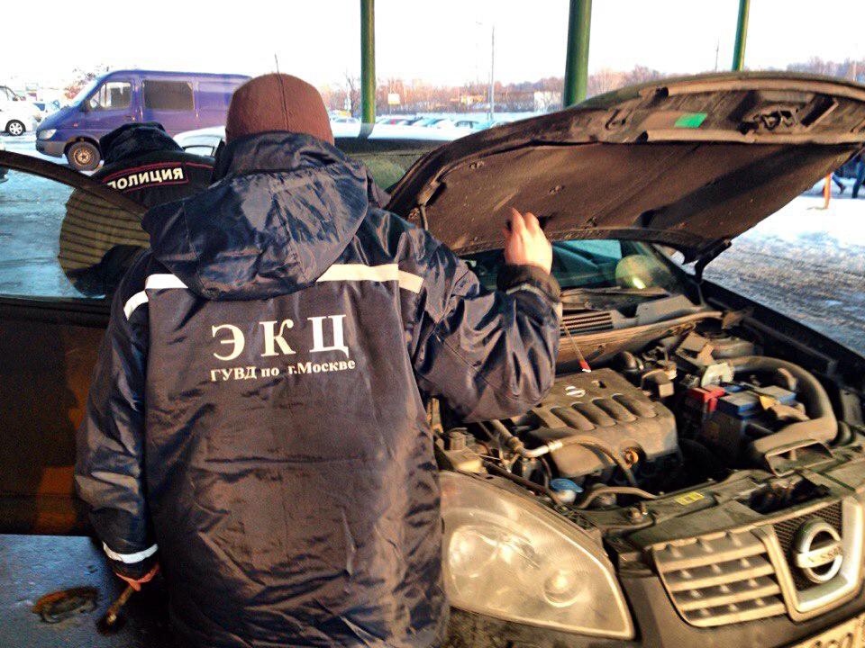 Инспектор ДПС и представитель экспертно-криминалистического центра (ЭКЦ) проводят техосмотр автомобиля