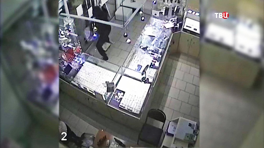 Сотрудники ТЦ заперли грабителя в ювелирном магазине