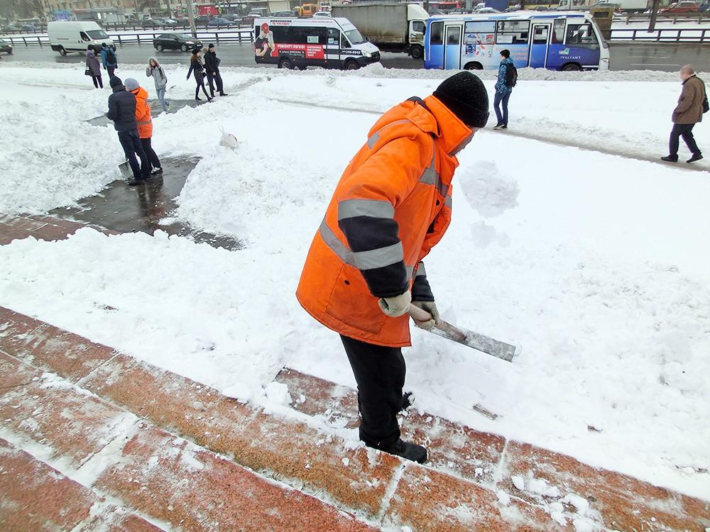 Дворники устраняют последствия снегопада