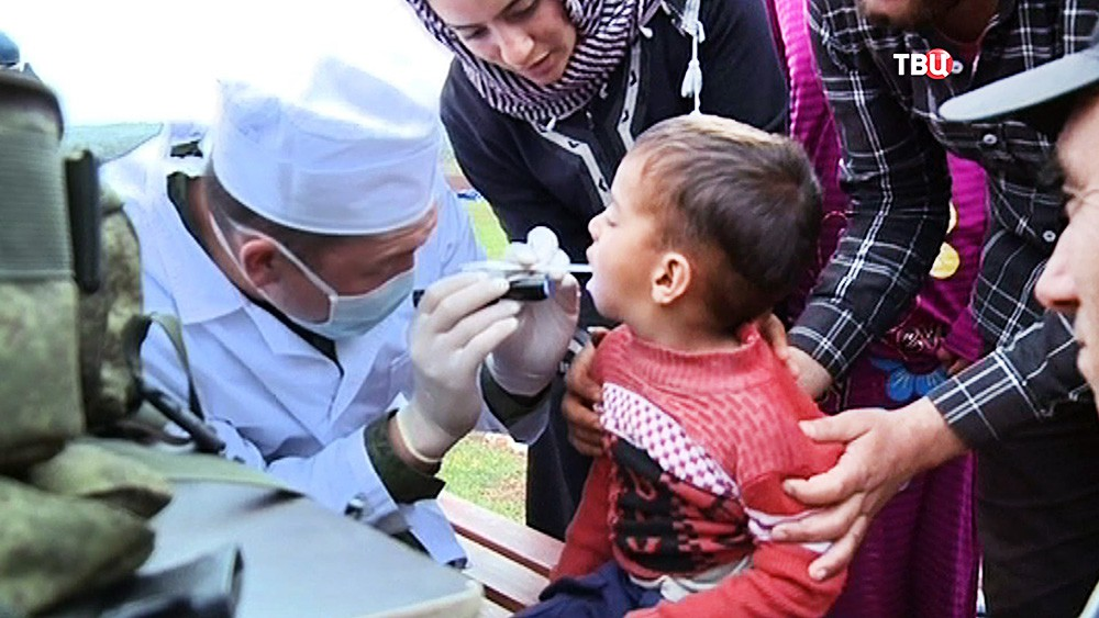 Военные врачи осматривают детей в Сирии