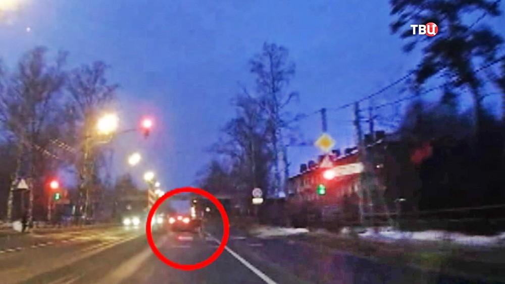 Машина сбившая школьницу на пешеходном переходе