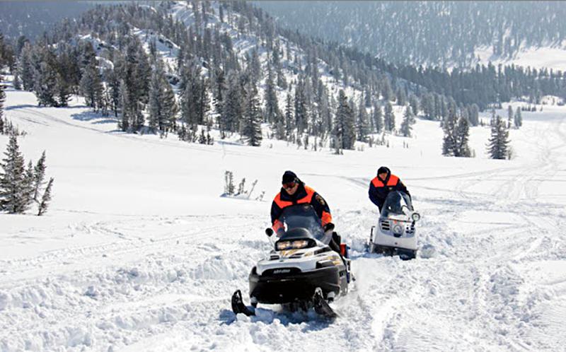 Спасатели МЧС на снегоходах