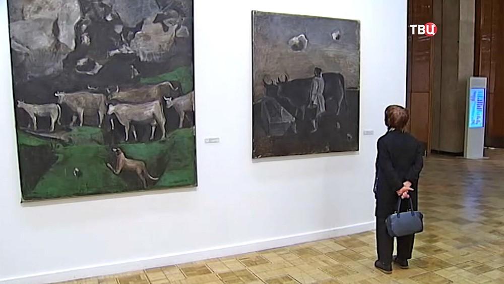 Посетители художественной выставки