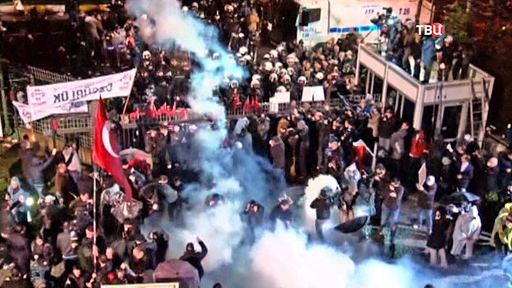 Разгон сторонников турецкой газеты Zaman