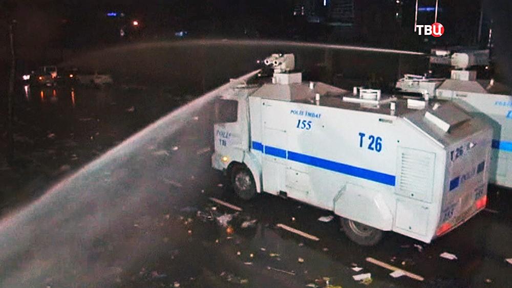 Турецкая полиция разгоняет митинг