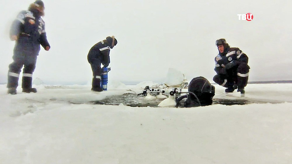 Подледное погружения аквалангисты