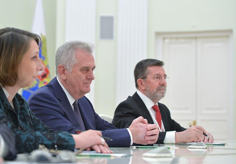 Президент Сербии Томислав Николич (второй слева)