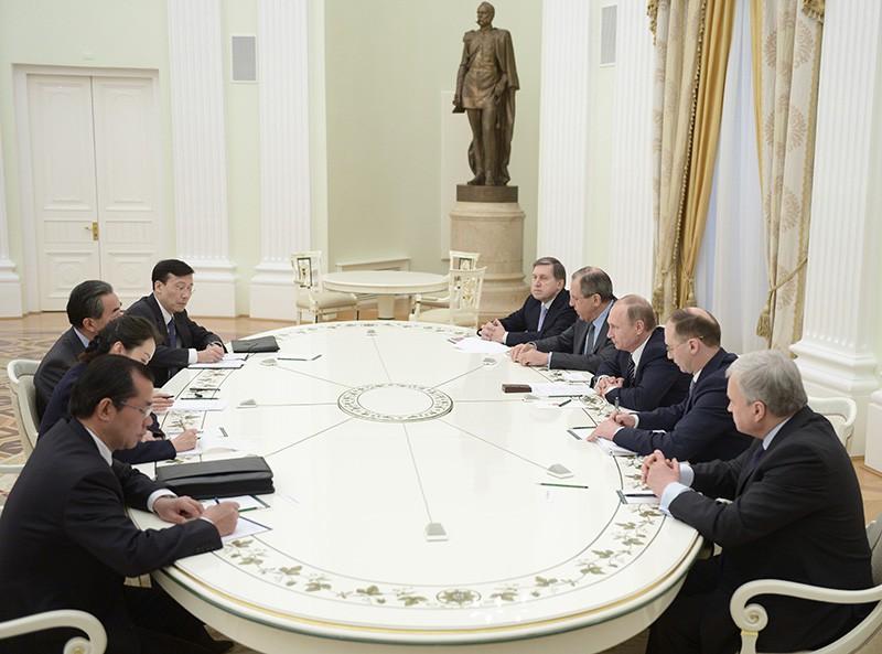 Президент России Владимир Путин и министр иностранных дел Китая Ван И